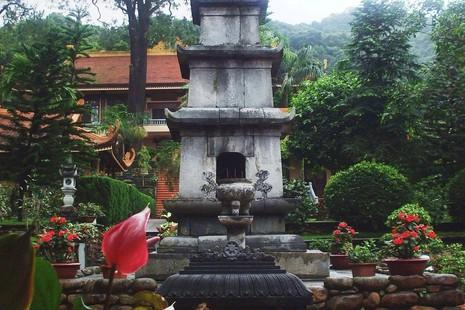 Tháp Tịch Quang ở chùa Lân, thờ thiền sư Chân Nguyên