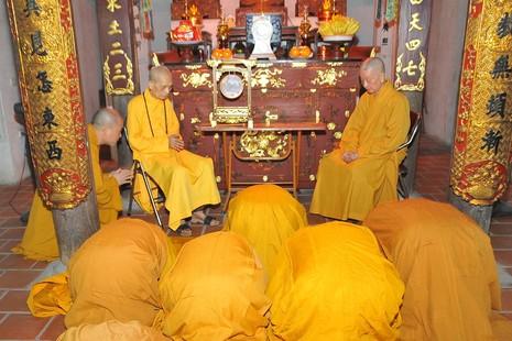Chư Tăng đảnh lễ Đức Pháp chủ và Trưởng lão Hòa thượng Thích Trí Quảng - Ảnh: Bảo Trinh