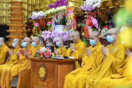 Chư Tăng chùa Giác Ngộ cầu nguyện siêu độ hương linh nhạc sĩ Lam Phương và em rể của ông