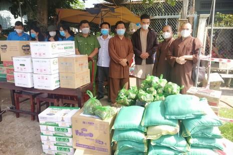 Chùa Phật Bửu, chùa Long Khánh tặng 104 phần quà 5 khu phong toả