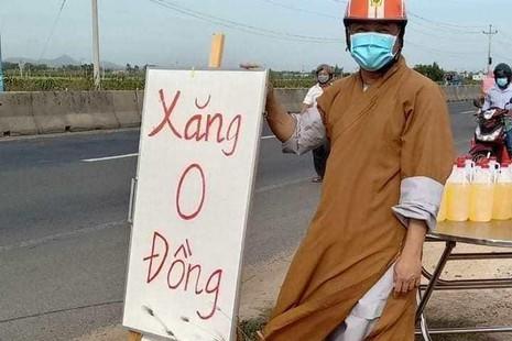 """Đại đức Thích Quảng Thắng, trụ trì chùa Xuân An bên """"Cây xăng 0 đồng"""" phục vụ người về quê bằng xe máy"""