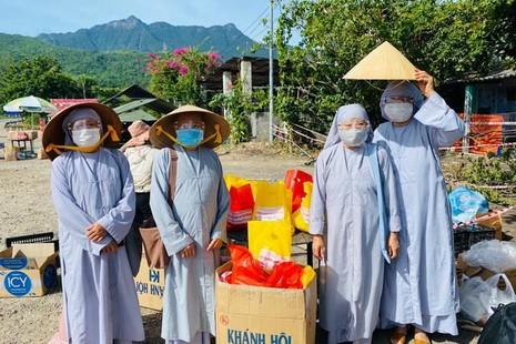 Thành viên của Ban Từ thiện - xã hội chuẩn bị quà tại điểm tập trung đèo Hải Vân