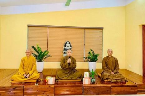 Chư Tăng trong buổi khai giảng lớp thiền Vipassana khóa 2 tại chùa Long Hưng