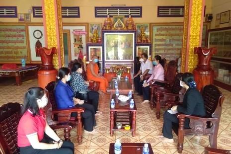 Lãnh đạo tỉnh Trà Vinh tặng quà các chùa Phật giáo Nam tông Khmer