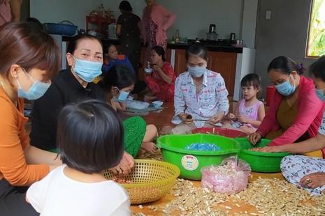 Người dân và trẻ em ở tỉnh Quảng Trị chung tay làm muối đậu gửi về TP.HCM - Ảnh: Hoài An