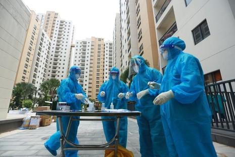Các y bác sĩ làm nhiệm vụ tại Bệnh viện dã chiến số 6 trên địa bàn TP.Thủ Đức