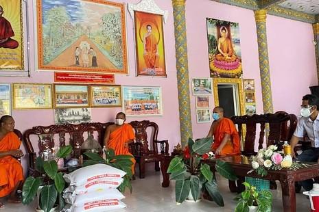 Hội Đoàn kết Sư sãi yêu nước huyện Trà Cú hỗ trợ đến các chùa Khmer