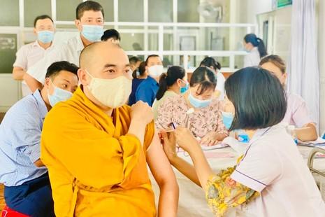 Nghệ An hơn 100 Tăng Ni, Phật tử được tiêm vắc-xin phòng Covid-19