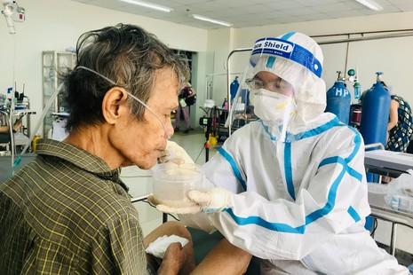 Sư cô Nhuận Bình chăm sóc sức khỏe, động viên tinh thần một bệnh nhân F0 ở phòng cấp cứu