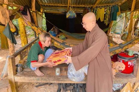 Nhóm thiện nguyện An Sơn hỗ trợ 360 phần quà đến bà con nghèo tại xã Núi Tô, An Giang