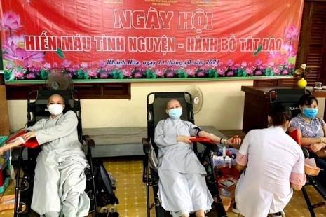 Chư Ni và người dân tham gia chương trình Hiến máu nhân đạo