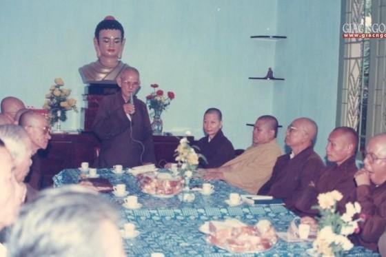 Đại lão Hòa thượng Thích Thiện Hào trong một lần làm việc tại tòa soạn Báo Giác Ngộ - Ảnh: Tư liệu BGN