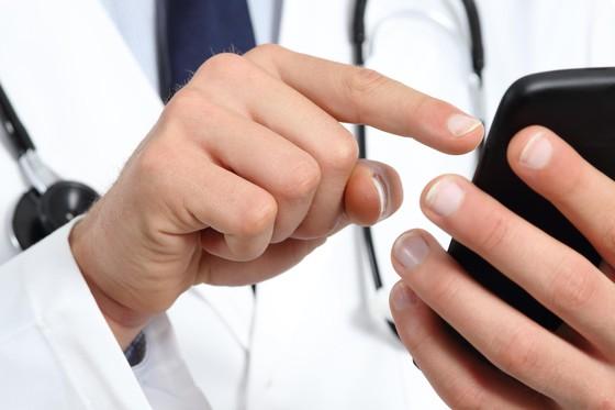 """""""Đừng ngại, bất kể lúc nào có bệnh, cứ việc điện đến cho các thầy thuốc chúng tôi"""""""