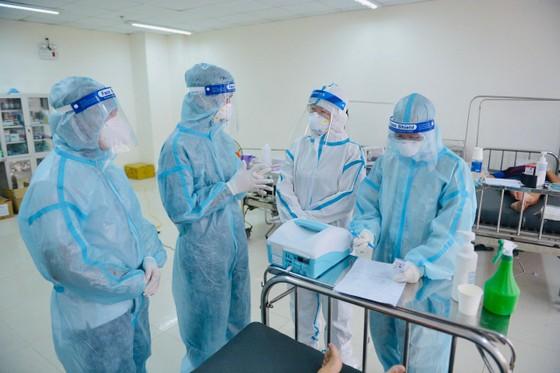 Tình nguyện viên trao đổi trong công tác chăm sóc bệnh nhân tại Bệnh viện Dã chiến thu dung số 12