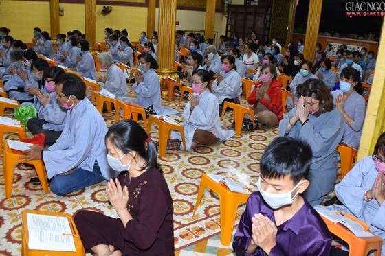 Phật tử đến chùa lễ Phật, sám hối đều đeo khẩu trang