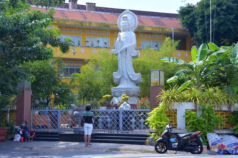 Người dân ghé cầu nguyện trước tượng Bồ-tát Quán Thế Âm ở chùa Xá Lợi