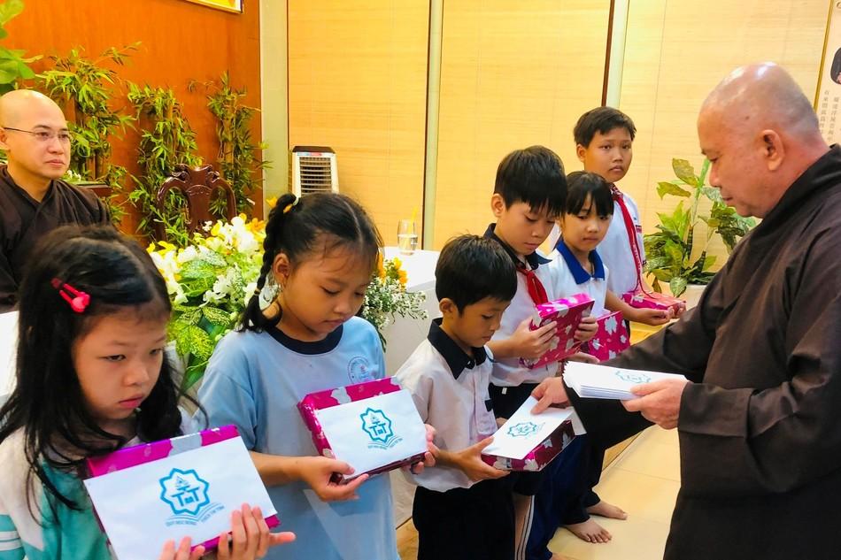 Hòa thượng Thích Hoằng Tri, trụ trì chùa Vạn Đức - TP.Thủ Đức trao học bổng đến các em học sinh trong năm 2020