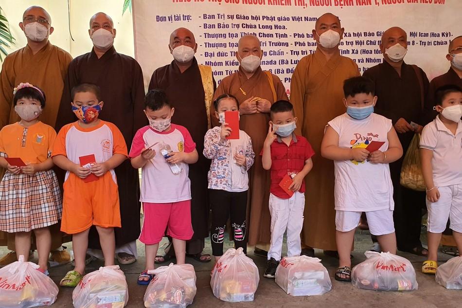 Ban Trị sự Phật giáo quận 8 tặng quà đến học sinh, người nghèo khiếm thị trên địa bàn quận 8 - Ảnh: TQ
