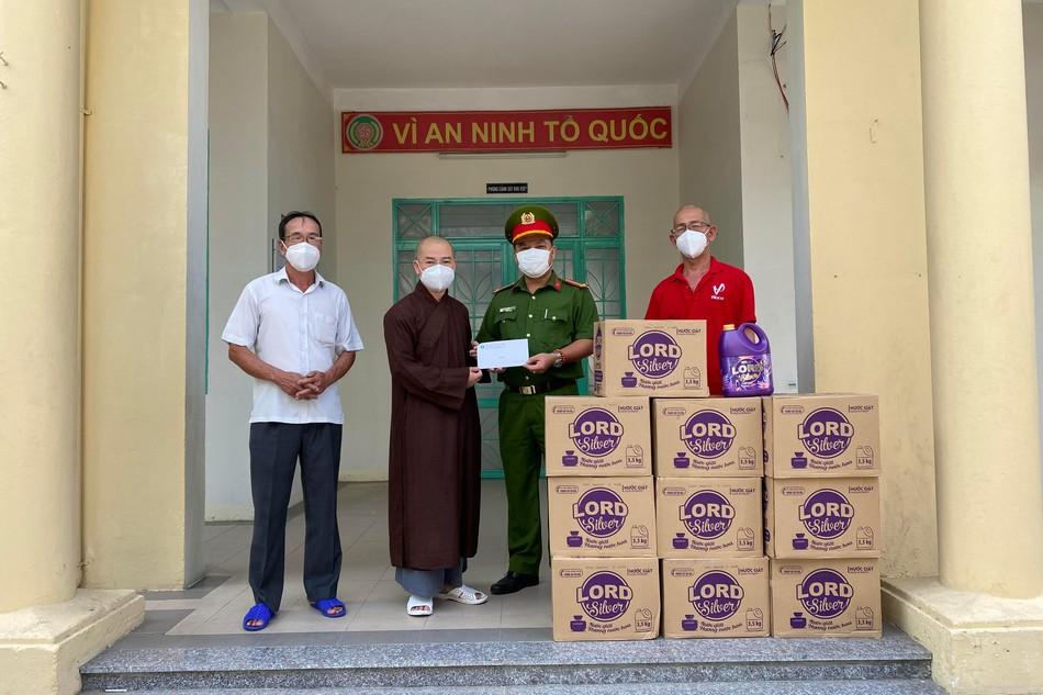 Chùa Bà Đa tặng quà hỗ trợ các chốt kiểm soát phòng chống dịch Covid-19