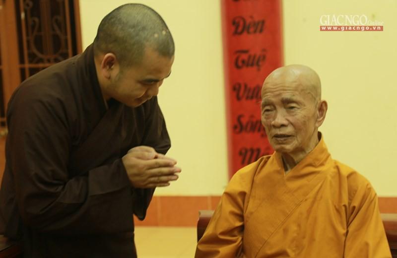 Trưởng lão Hòa thượng Thích Từ Hương (ngồi) - Ảnh: B.Thiên
