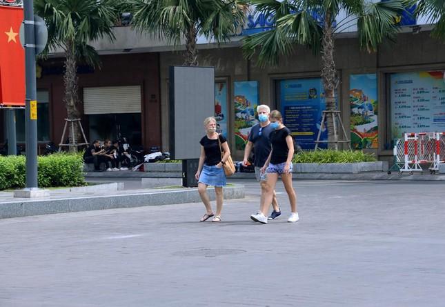 [Phóng sự ảnh] Người dân TP.HCM đón Tết Tân Sửu trong tình hình có nhiều ca mới Covid-19 cộng đồng ảnh 23