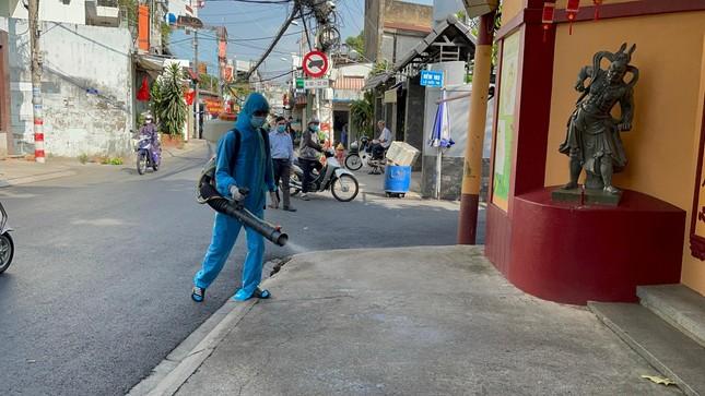Phun thuốc khử khuẩn toàn bộ khuôn viên chùa Viên Giác (quận Tân Bình) ảnh 8