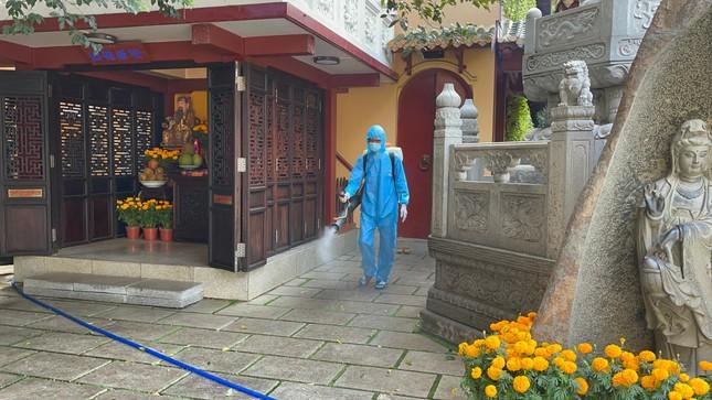 Phun thuốc khử khuẩn toàn bộ khuôn viên chùa Viên Giác (quận Tân Bình) ảnh 1