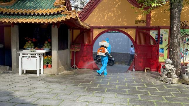 Phun thuốc khử khuẩn toàn bộ khuôn viên chùa Viên Giác (quận Tân Bình) ảnh 7