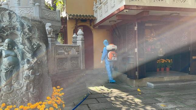 Phun thuốc khử khuẩn toàn bộ khuôn viên chùa Viên Giác (quận Tân Bình) ảnh 6