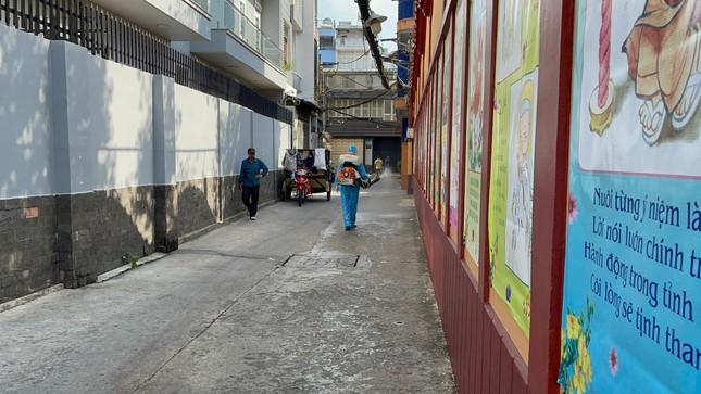 Phun thuốc khử khuẩn toàn bộ khuôn viên chùa Viên Giác (quận Tân Bình) ảnh 9