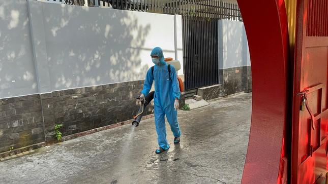 Phun thuốc khử khuẩn toàn bộ khuôn viên chùa Viên Giác (quận Tân Bình) ảnh 2