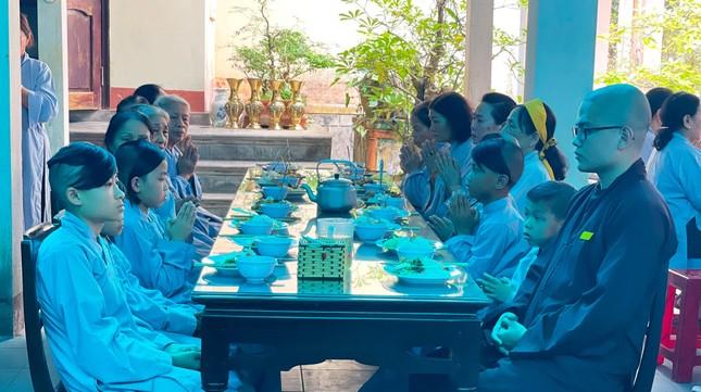 Bữa cơm chánh niệm của Phật tử tại chùa Phật Học Quảng Trị ảnh 4