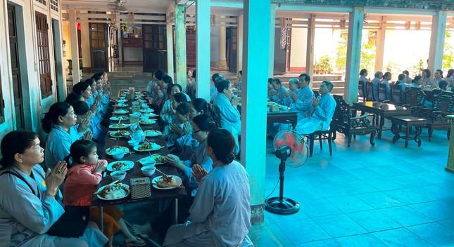 Bữa cơm chánh niệm của Phật tử tại chùa Phật Học Quảng Trị ảnh 3