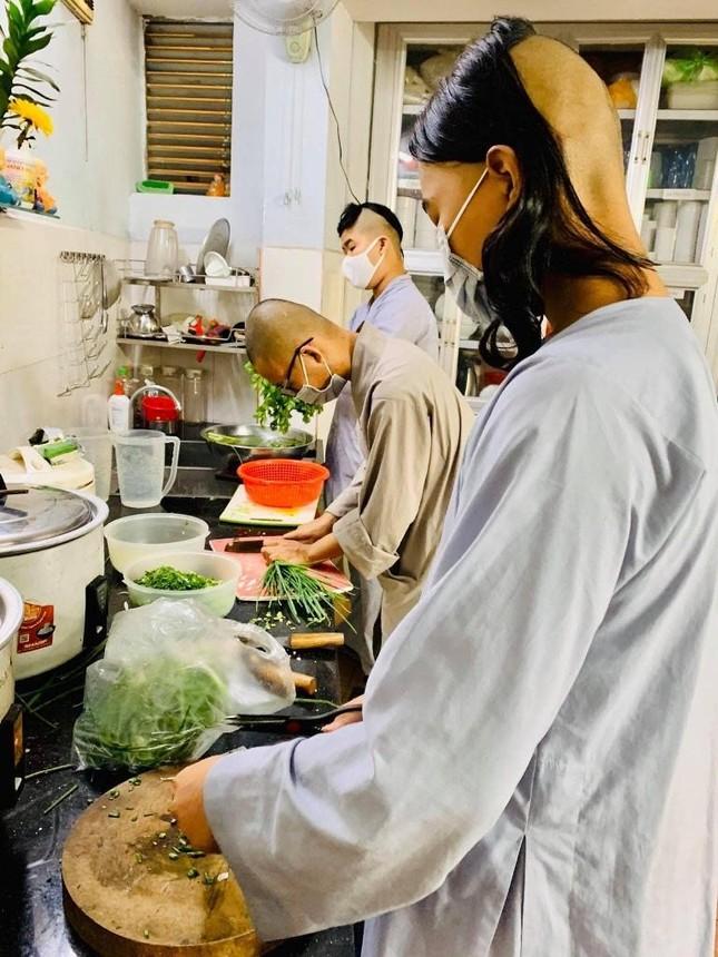 Bình Thạnh: Chùa Bát Nhã, Bảo Vân tặng cơm chay miễn phí mỗi ngày đến hết giãn cách xã hội ảnh 11