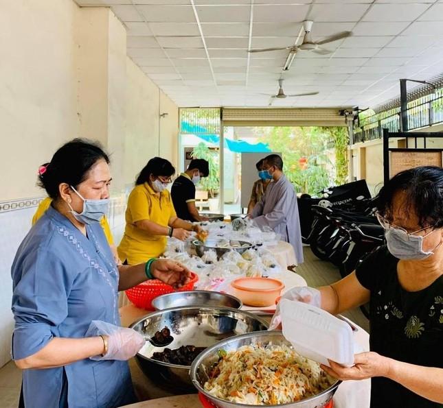 Bình Thạnh: Chùa Bát Nhã, Bảo Vân tặng cơm chay miễn phí mỗi ngày đến hết giãn cách xã hội ảnh 12