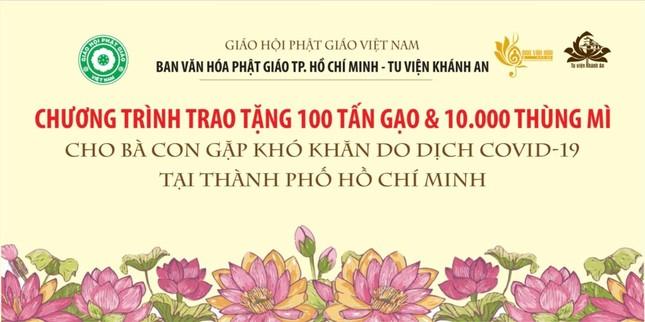Ban Văn hóa GHPGVN TP.HCM, tu viện Khánh An tặng 100 tấn gạo và 1 vạn thùng mì đến bà con khó khăn ảnh 1