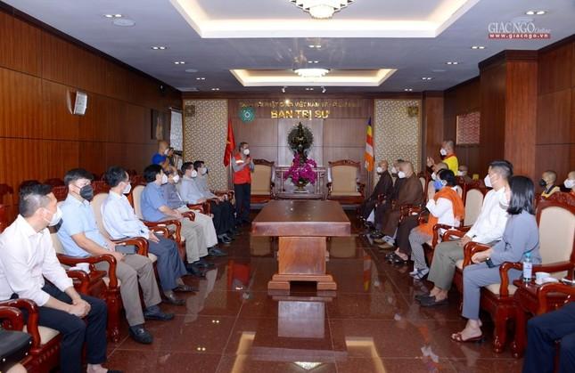 Ban Trị sự Phật giáo TP.HCM trao tặng 6 chiếc xe cứu thương phục vụ bệnh nhân ảnh 1