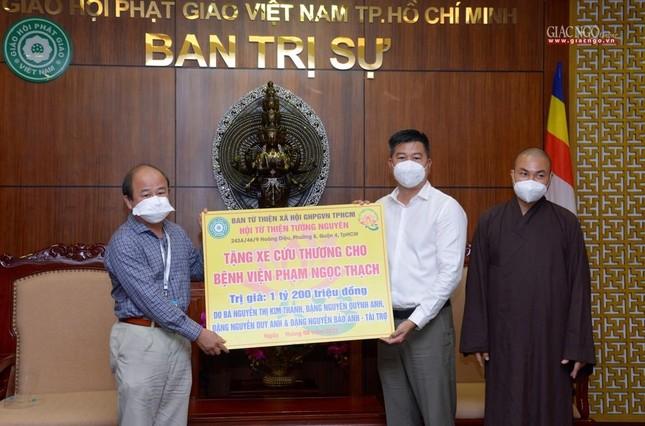 Ban Trị sự Phật giáo TP.HCM trao tặng 6 chiếc xe cứu thương phục vụ bệnh nhân ảnh 13