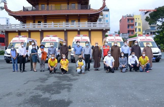 Ban Trị sự Phật giáo TP.HCM trao tặng 6 chiếc xe cứu thương phục vụ bệnh nhân ảnh 8