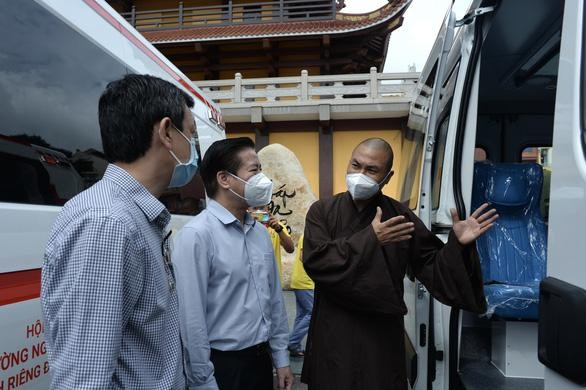 Ban Trị sự Phật giáo TP.HCM trao tặng 6 chiếc xe cứu thương phục vụ bệnh nhân ảnh 7