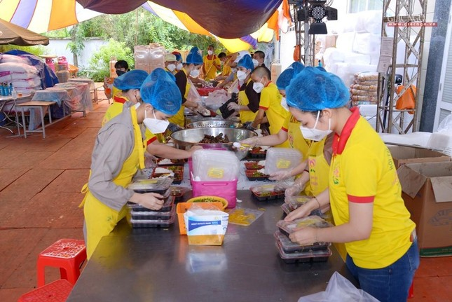 Lãnh đạo Giáo hội thăm các cơ sở hỗ trợ tuyến đầu chống dịch của Phật giáo tại TP.HCM ảnh 24