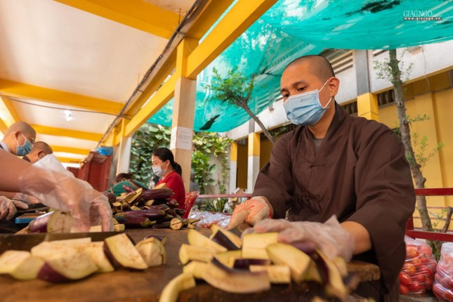 [ẢNH] Một ngày ở bếp chùa phục vụ gần 10.000 suất ăn cho lực lượng tuyến đầu chống dịch ảnh 10