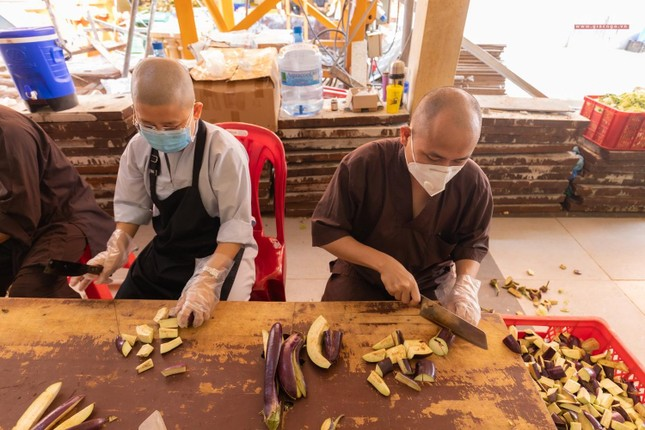 [ẢNH] Một ngày ở bếp chùa phục vụ gần 10.000 suất ăn cho lực lượng tuyến đầu chống dịch ảnh 11