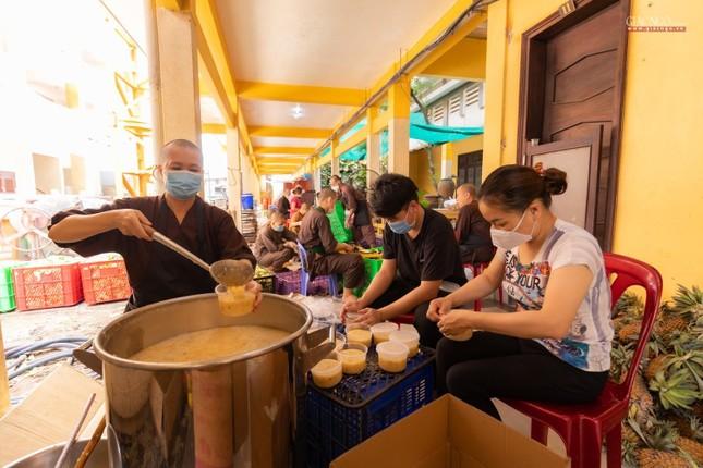 [ẢNH] Một ngày ở bếp chùa phục vụ gần 10.000 suất ăn cho lực lượng tuyến đầu chống dịch ảnh 12