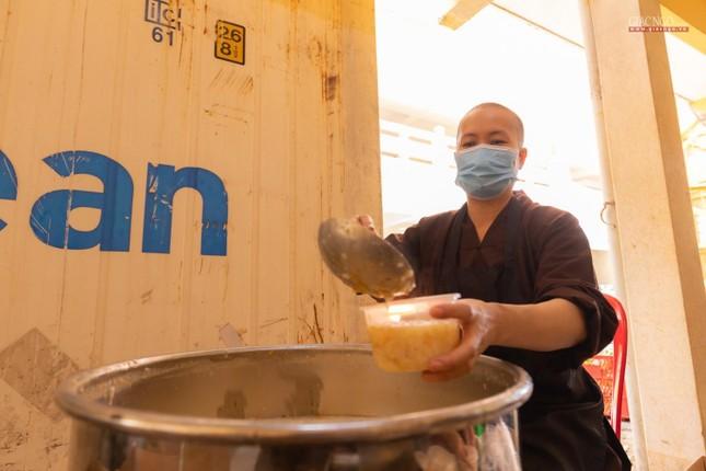 [ẢNH] Một ngày ở bếp chùa phục vụ gần 10.000 suất ăn cho lực lượng tuyến đầu chống dịch ảnh 13