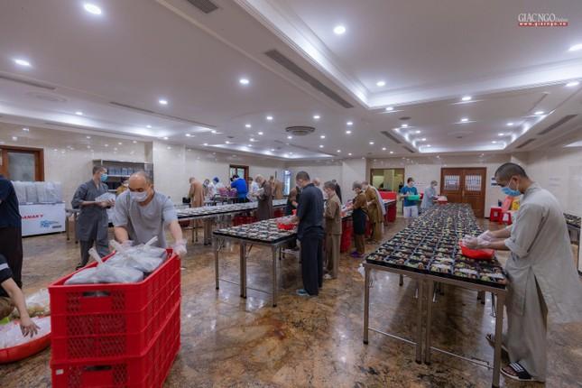 [ẢNH] Một ngày ở bếp chùa phục vụ gần 10.000 suất ăn cho lực lượng tuyến đầu chống dịch ảnh 16