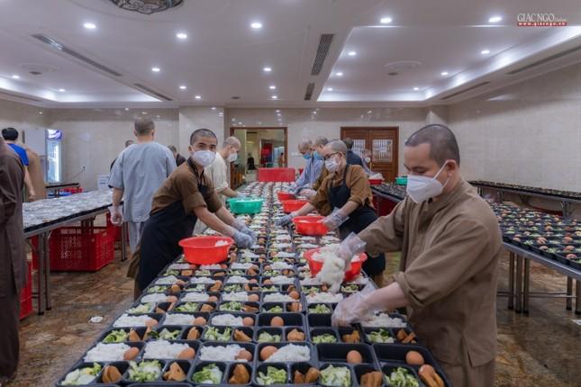 [ẢNH] Một ngày ở bếp chùa phục vụ gần 10.000 suất ăn cho lực lượng tuyến đầu chống dịch ảnh 17