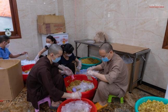 [ẢNH] Một ngày ở bếp chùa phục vụ gần 10.000 suất ăn cho lực lượng tuyến đầu chống dịch ảnh 18