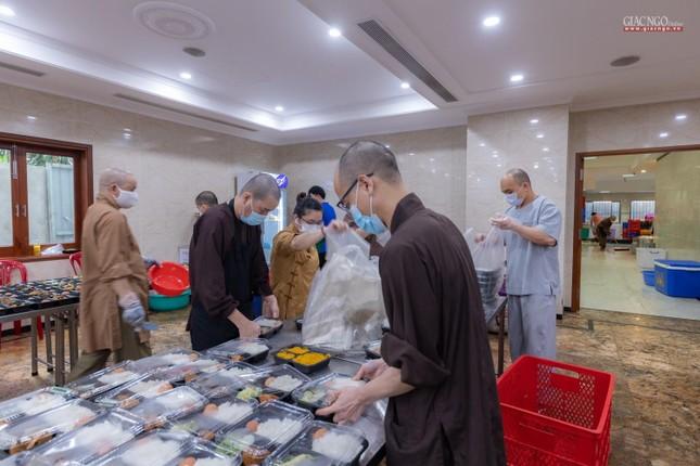 [ẢNH] Một ngày ở bếp chùa phục vụ gần 10.000 suất ăn cho lực lượng tuyến đầu chống dịch ảnh 19