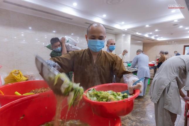 [ẢNH] Một ngày ở bếp chùa phục vụ gần 10.000 suất ăn cho lực lượng tuyến đầu chống dịch ảnh 20